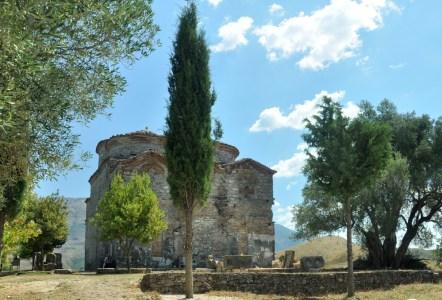 No wiem. Nie wiem, dlaczego zrobiłam zdjęcie z cyprysem w roli głównej, centralnie wpasowanym pomiędzy dwie apsydy cerkwi św. Mikołaja.