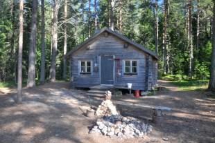W parkach i rezerwatach Szwecji do dyspozycji turystów są przygotowane chaty noclegowe, czyste, świetnie wyposażone. Jest przygotowane drewno na opał, na stanie siekiery, piły i miotła, więc jest idealnie czysto. Za darmo.
