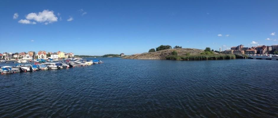 Karlskrona jest rozparcelowana na 33 wyspach w większości połączonych mostami. Po środku wysepka Stakholmen - jedyny niezabudowany szkier w centrum miasta.