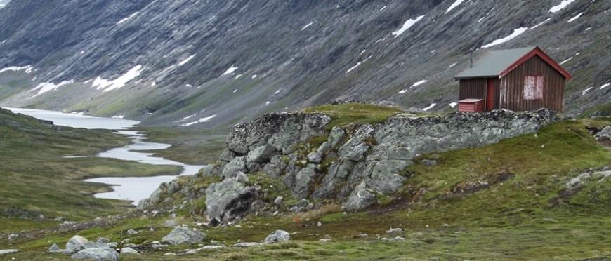 norweska chatka przy drodze-crop