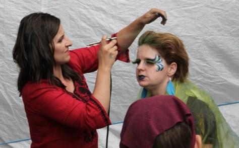 Ania dopracowuje makijaż Bogini Wiatru.