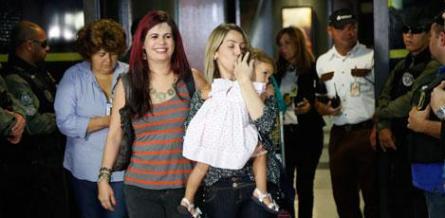 Menina ficou longe da mãe por 15 dias / Foto: Diego Nigro/JC Imagem
