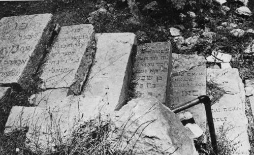In the period of Jordanian rule in East Jerusalem, 38,000 headstones and graves at the Jewish cemetery on the Mount of Olives were desecrated, shattered, and damaged. After the Six Day War and the unification of Jerusalem, the Israeli Religious Affairs Ministry documented the large-scale destruction. In the picture: headstones that were torn out and used as steps.