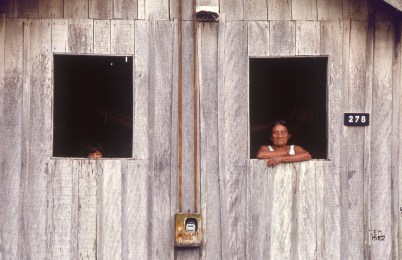 Woman and Girl in Windows, Autazes