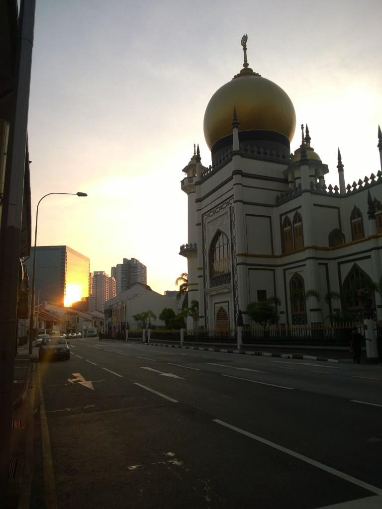 Sunrise Sultan Mosque dari perempatan Arab Street