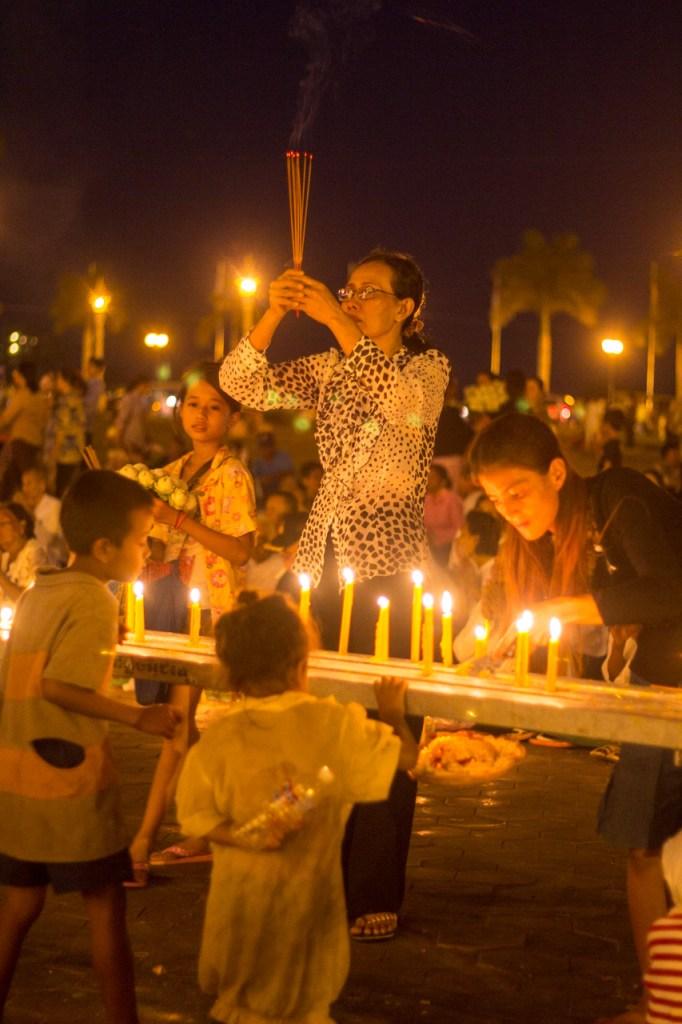 warga kamboja berdoa