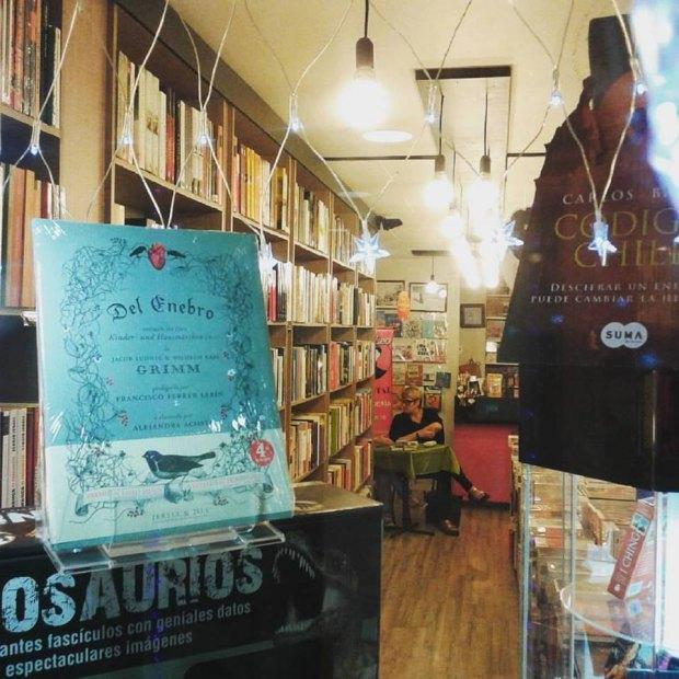 Del enebro ilustrado por Alejandra Acosta en la librería Qué Leo Forestal de Santiago de Chile