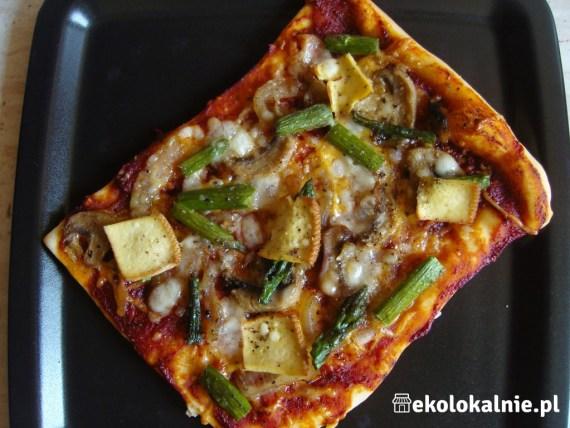 Pizza z zielonymi szparagami, wędzonym tofu, pieczarkami i cebulką