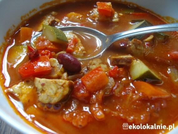 Wegańska zupa gulaszowa