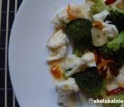 Ciepła sałatka z brokułów, mozzarelli i chili