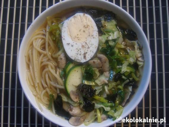 Zupa Ramen z warzywami, nori i makaronem