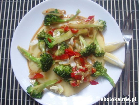 Polenta przyprawiona po Tajsku z kapustą pekińską ze słodkim sosem chili
