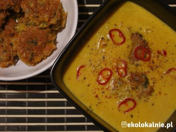 Pikantna zupa krem z kukurydzy z mleczkiem kokosowym i placuszkami kukurydzianymi