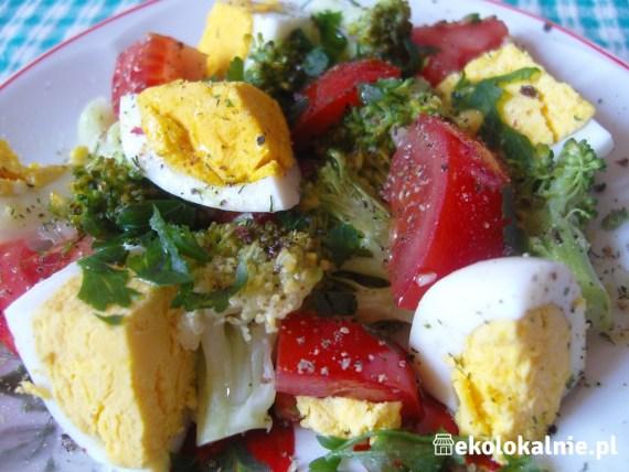 Sałatka z brokuła, jajek i pomidorów