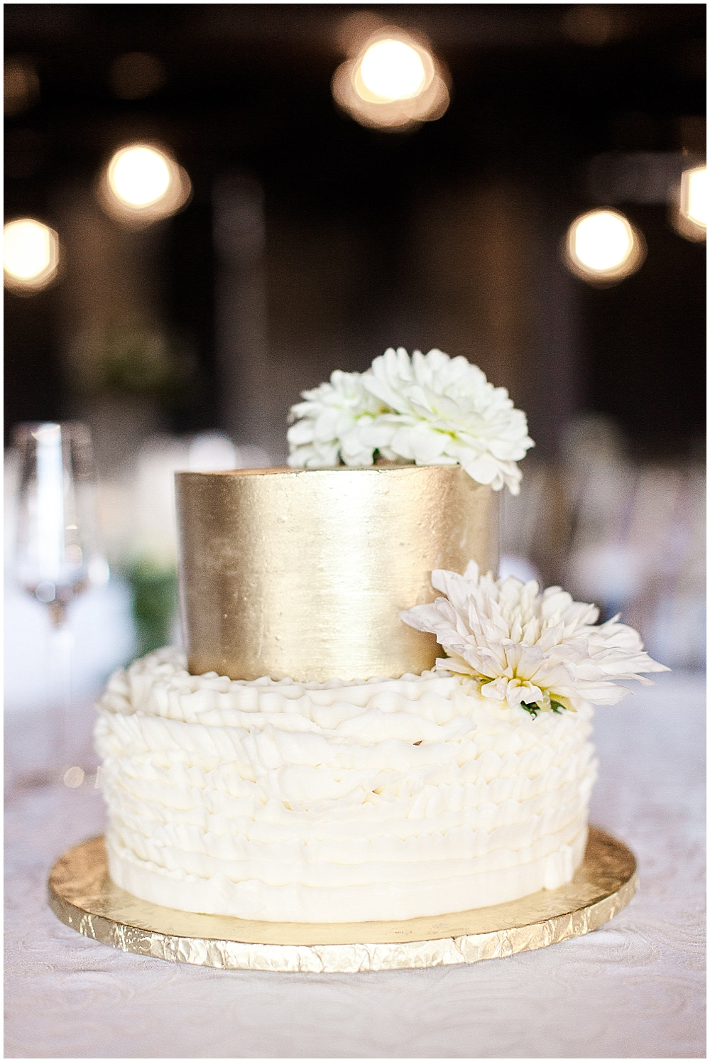 White and gold wedding cake | Canal 337 wedding by Jenny Haas Photography & Jessica Dum Wedding Coordination