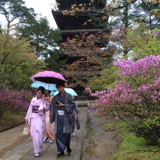 kimono-clad temple visitors Kyoto