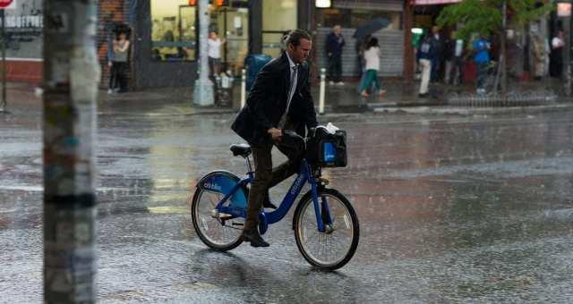 急な雨に備える、雨の日の自転車の乗り方と、あったら嬉しい自転車グッズ