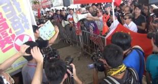 立法會外集會人士下午起陸續增加,其間雙方不斷指罵,並有人衝出鐵馬,惟即遭保安勸阻。(影片截圖)