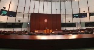 立法會昨日繼續辯論施政報告致謝動議,討論「法治、管治、選舉及地區行政」。(黃靖雯攝)