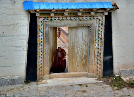 Monje saliendo del templo