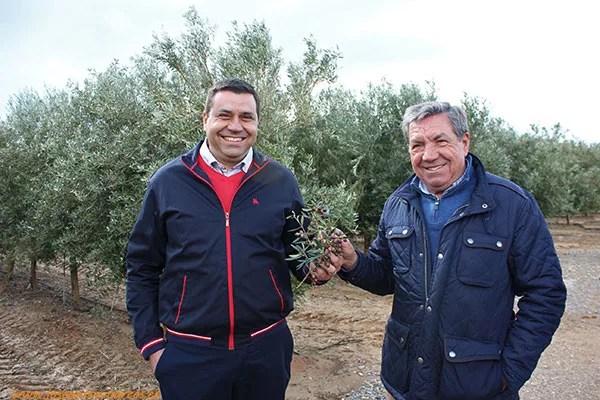 De izquierda a derecha. Diego Parra con su padre Juan. Viveros Jarico