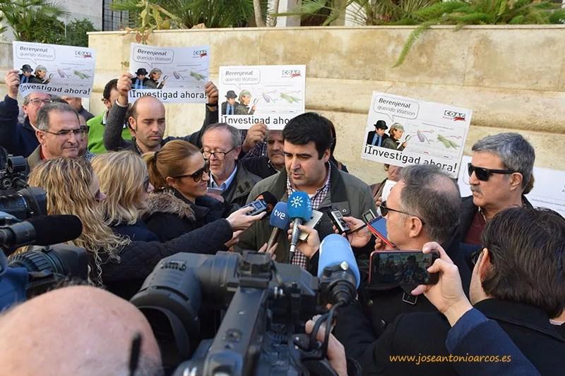Andrés Góngora atendiendo a los numerosos medios que se han dado cita este mediodía en Almería.