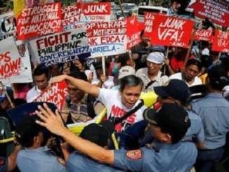 Protests outside the U.S. embassy in the Philippines against the continued U.S. military presence. | Photo: EFE
