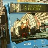 Reflejos de la Gran Vía en un autobús de la EMT