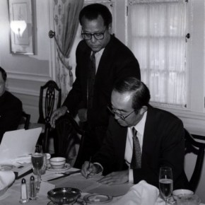 Yasuo Ikeshiro, deputy managing editor of the Hokkaido Shimbun and William A. Hilliard, editor of The Oregonian, sign a sister newspaper agreement in 1992. (Credit: Oregonian)