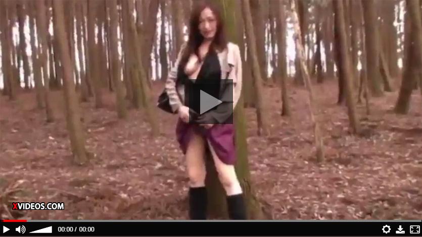 【熟女無修正動画】スタイル抜群の美魔女が野外露出、放尿、車内プレイなど卑猥行動を連発!