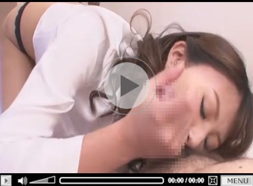 【若妻無修正動画】ノーブラブラウス姿の美人奥さんがフェラチオで口内射精へ導いてる!