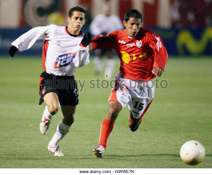 Venezuelan Alejandro Guerra from Caracas FC (L) fights for the ball with Peruvian Miguel Huertas from Cienciano during a Copa Libertadores soccer match at the Garcilazo stadium in Cuzco March 14, 2006. Cienciano won the game 2-1.    REUTERS/Mariana Bazo