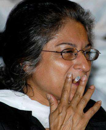 Asma Jahangir Smoking cigarette