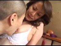 ポルノビデオ女優の澤村レイコが息子の性教育で近親相姦してる母親を熱演する企画物のjyukujo動画画像無料 tokyo