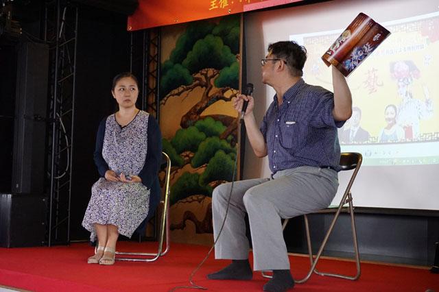 「和華」11号を手に対談される加藤先生と盧思先生