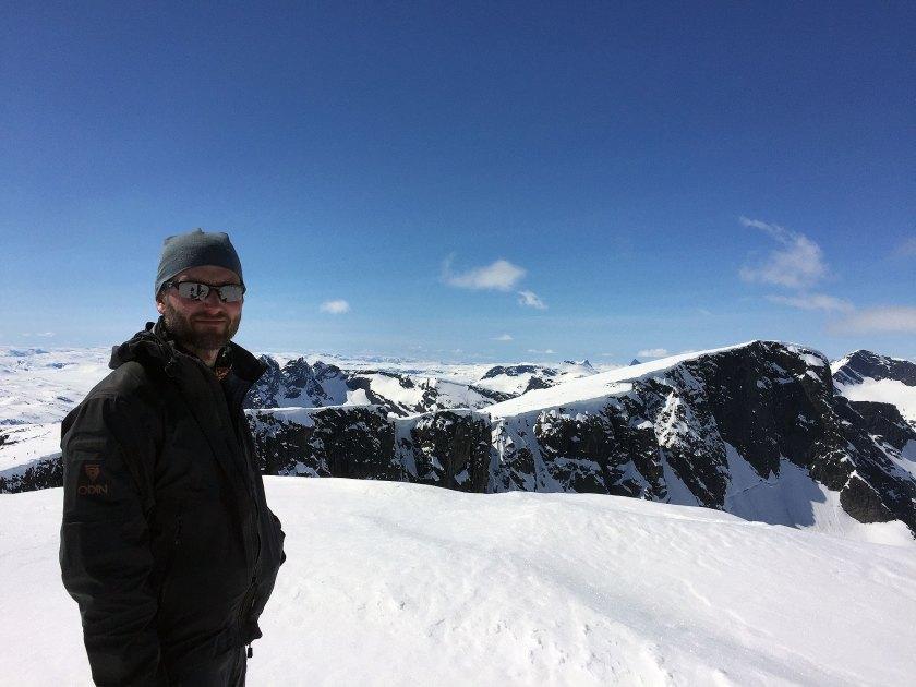 Helge Kaasin på toppen av Austre Kalvehøgde (2178 moh.) med utsikt mot Midtre Kalvehøgde (2122 moh.) og Vestre Kalvehøgde (2208 moh.).