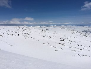 Fra toppen av Austre Kalvehøgde (2178 moh.) med utsikt mot Rasletinden (2105 moh.) til venstre og Kalvehøgde Ø2 (2088 moh.) til høyre.