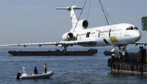 TU154 sedang diturunkan ke laut