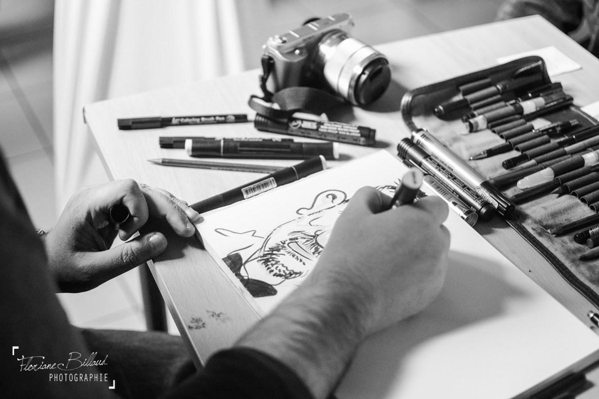 Derrière la table du caricaturiste - Photos par Floriane Billaud Photographie