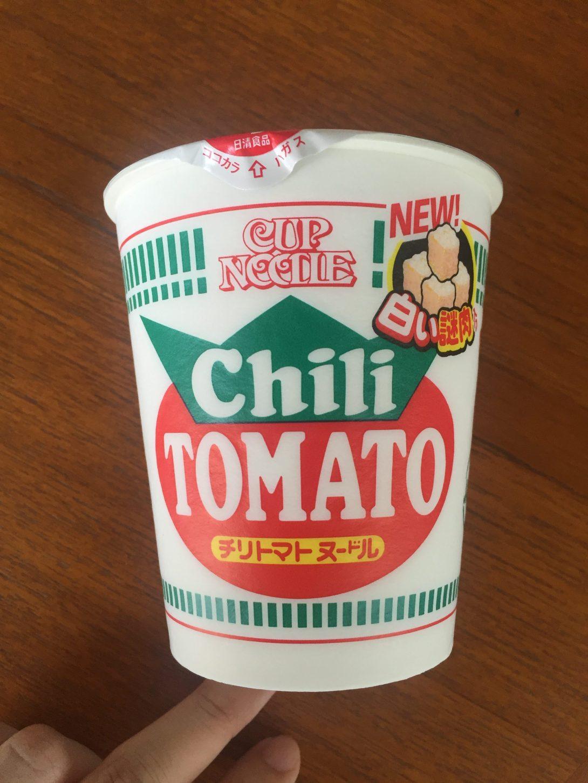 白い謎肉チリトマトヌードル上から