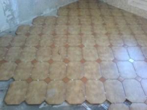 Как правильно укладывать керамическую плитку на пол.
