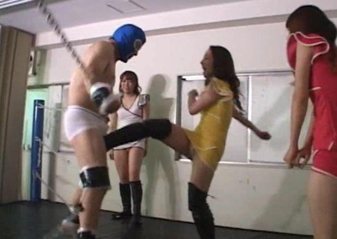 手と足をリングにくくり付けられたロープで縛りつけられ身動きとれず!