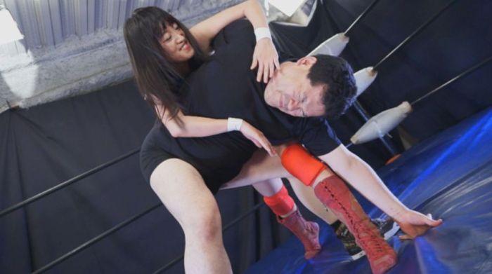 卍固めで男を痛め付ける!男が苦しむ姿を嬉しそうに見る道重咲!