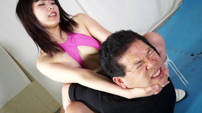 ガッチリ首を極められ逃げ場なし!水城りのが強烈に首を絞めつける!