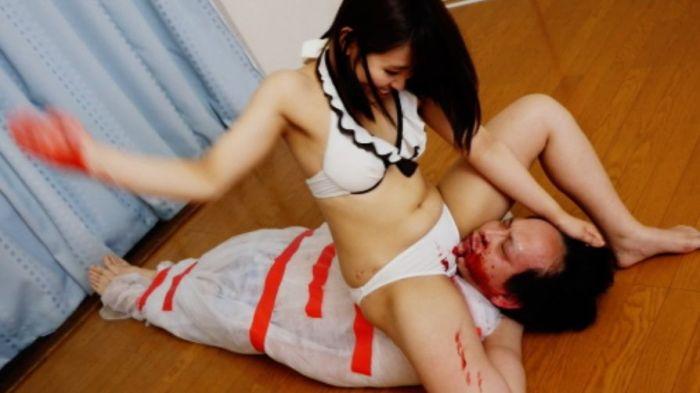 エグさがきわ立つ白ビキニ!殴る女の白ビキニが鮮血で染まる!