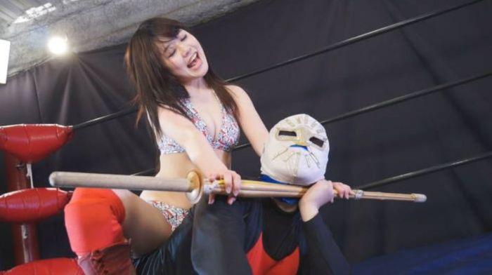 涼海みさが反則攻撃!竹刀を持ち出しミックスファイト相手の首へ!