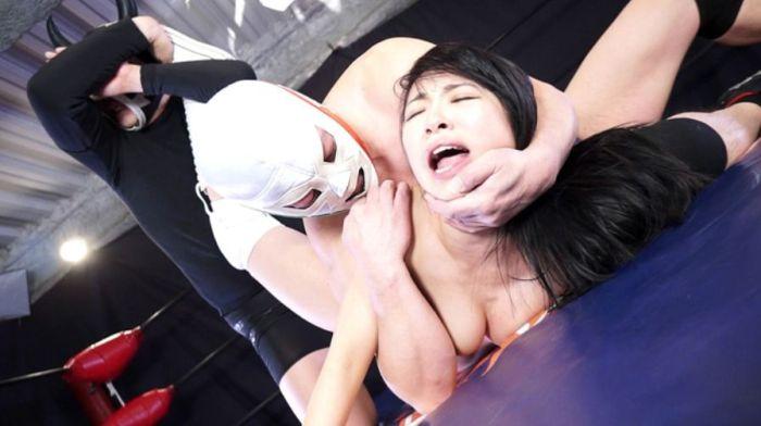 あやね遥菜が男にヤラれちまう!足をとられ首をとられ2倍の苦痛!