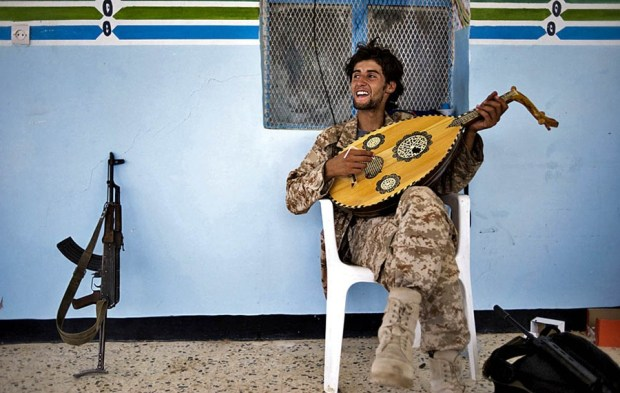 Ливийские повстанцы на отдыхе
