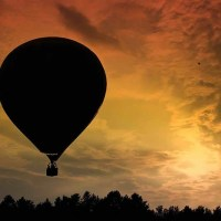 Воздушный шар на фоне заката.