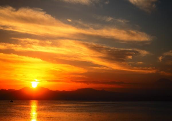 井上真理子「夕焼けと富士」    座り続ける大仏さまと、来ては去ってゆく私たち。鎌倉の時間をほんの少しだけ切り取ってみました。
